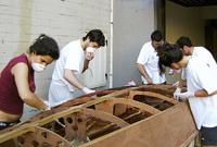 La lavorazione dello scafo in lego a opera degli allievi