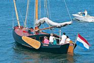 Un battello si prepara a raggiungere il campo di regata